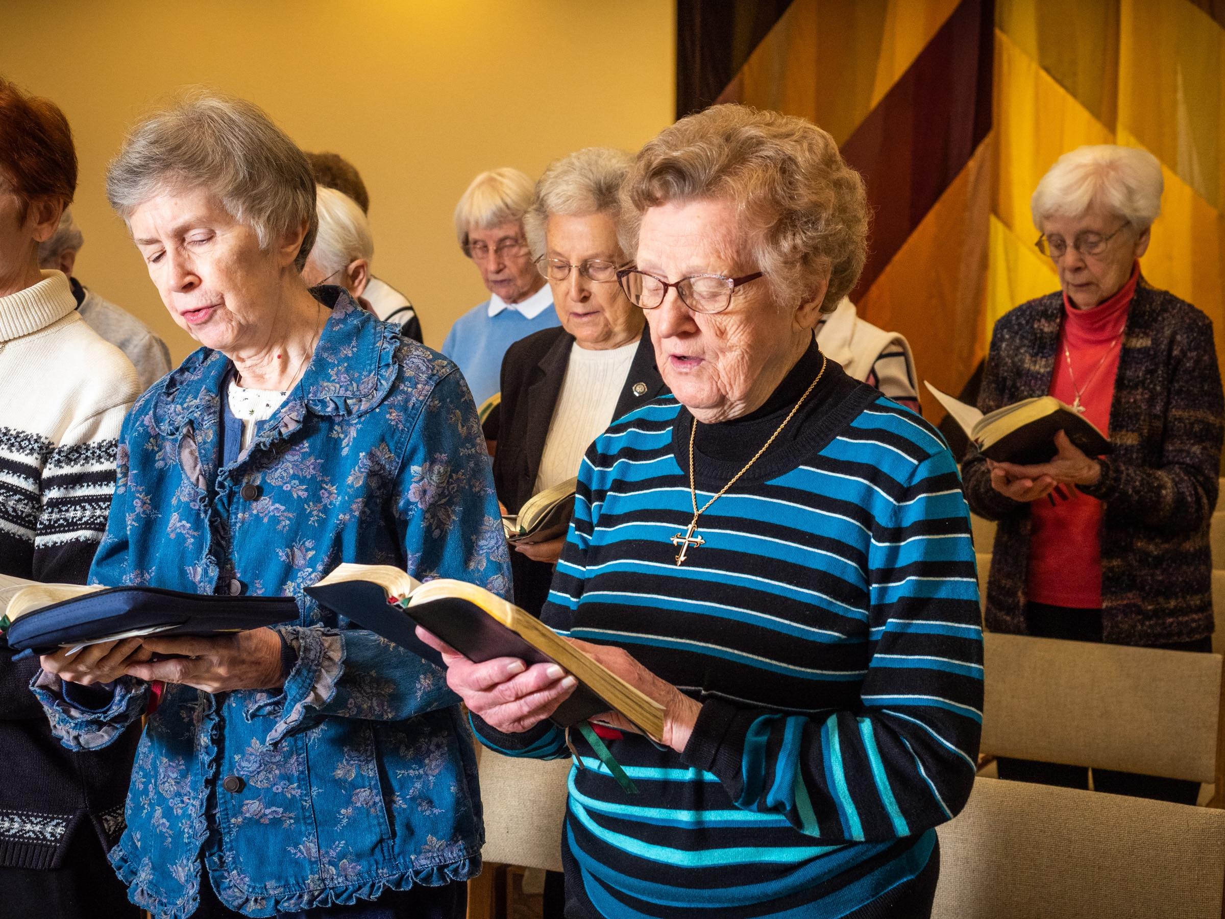 Sisters Diane Dehn Verona Wangler pray